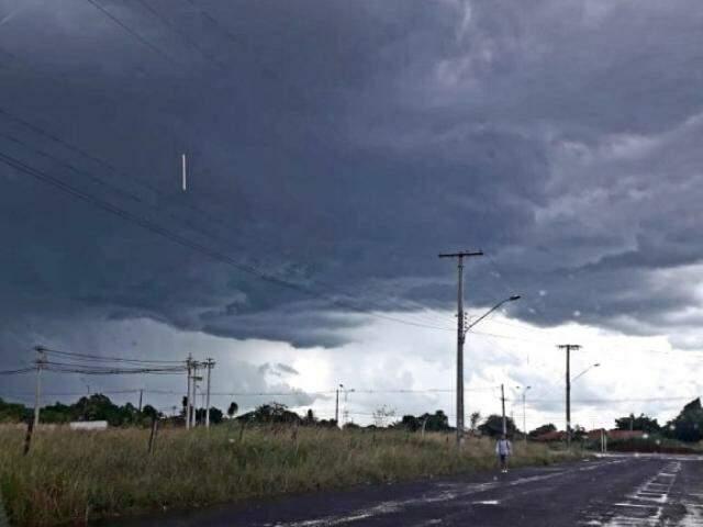 Céu de Campo Grande fotografado no Bairro Oliveira III na tarde de ontem  (Foto: Direto das Ruas)