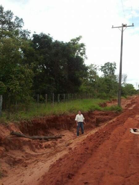 """Motoristas contam que estrada vira """"sabão"""" nos dias de chuva."""