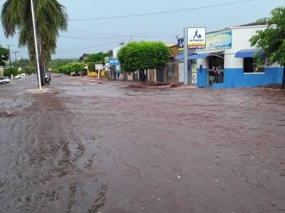 Água quase entra em estabelecimento comercial (Foto: Direto das Ruas)