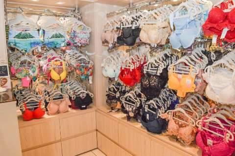 Galeria famosa na rua Bahia tem cosméticos, moda íntima, roupas e acessórios.