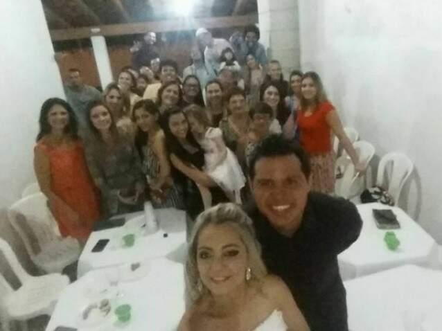 Juliana e o noivo André, em selfie com os convidados. (Fotos: Arquivo Pessoal)