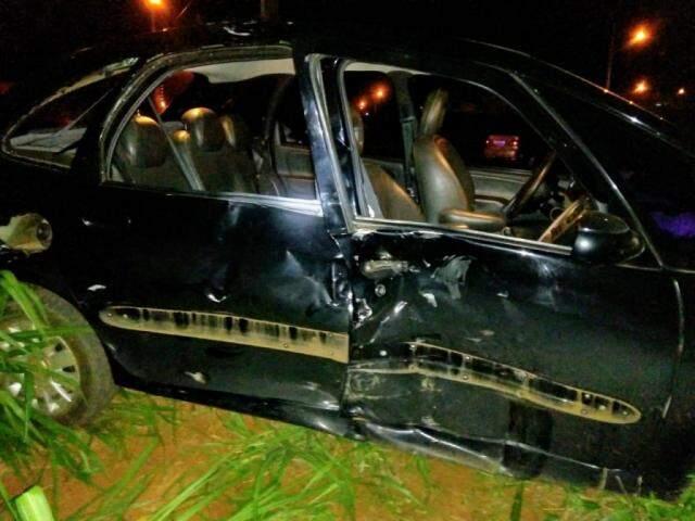 Lateral de carro após batida com moto (Foto: Divulgação/ Bombeiros)