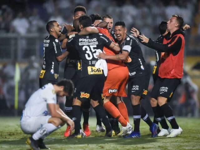 À esquerda, jogador santista sentindo a derrota ao mesmo tempo em que jogadores do timão comemoram a 3ª classificação consecutiva. (Foto: Djalma Vassão/GazetaPress/ReproduçãoGazetaEsportiva)