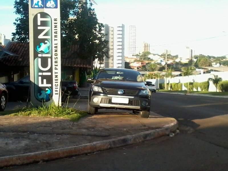 Leitora afirma que condutores deixam o carro sobre a calçada todos os dias (Foto: Tereza Cabral)