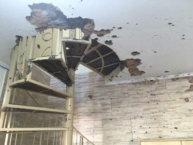 Buracos causados por tiros de fuzil dentro da casa de Chico Gimenez (Foto: Divulgação)