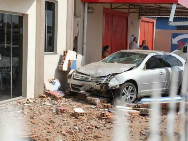 Ford Fusion subiu a calçada e bateu em muro de igreja. (Foto: Saul Schramm).