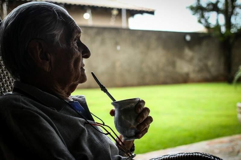 Seu Paulo, seus 99 anos e o companheiro inseparável, o mate. (Foto: André Bittar)