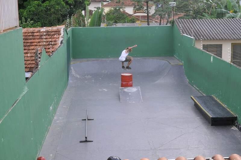 A pista no fundo da loja tem obstáculos móveis.  (Foto: Alcides Neto)