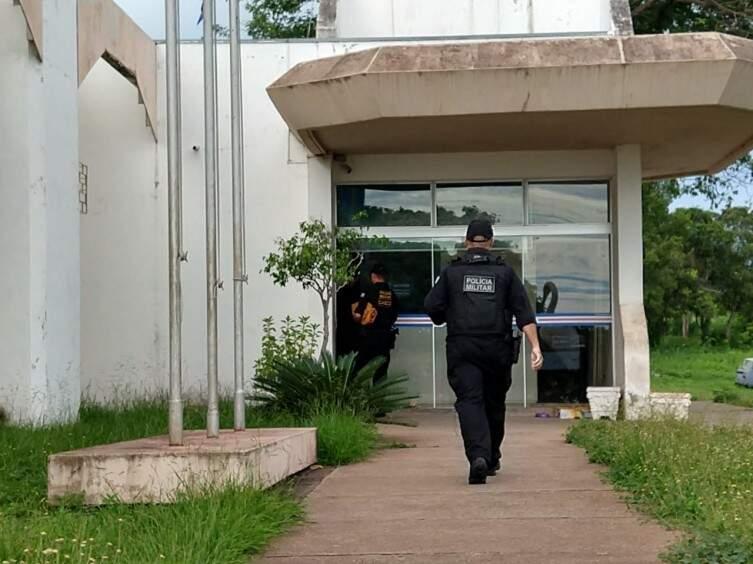 Equipe do Gaeco chegando na sede da Prefeitura de Ladário (Foto: Diário Corumbaense)