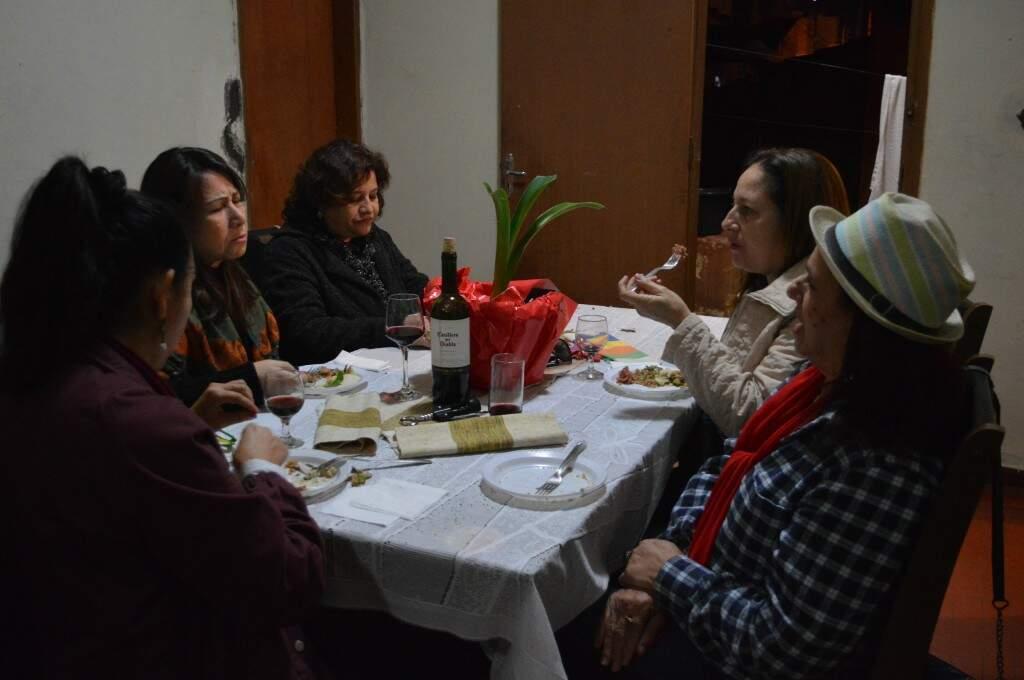 No friozinho, grupo deixou a varanda para se reunir à mesa.