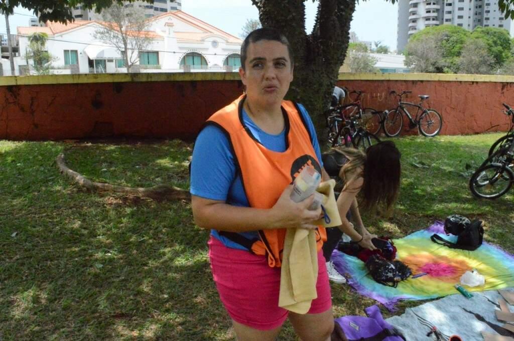 Cintia Possas mostra a toalha de nadador para secar o suor (Foto: Alana Portela)