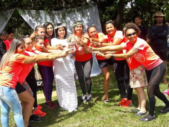 Foram dez madrinhas no casamento. Amigas de trilha e a irmã de Andrea (Foto: Elza Solange/arquivo pessoal)