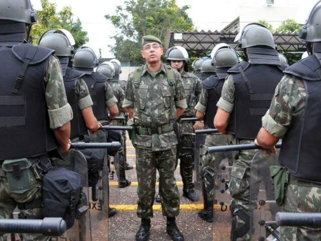 General Jesus Corrêa durante revista em tropas do Exército (Foto: Agência Brasil)