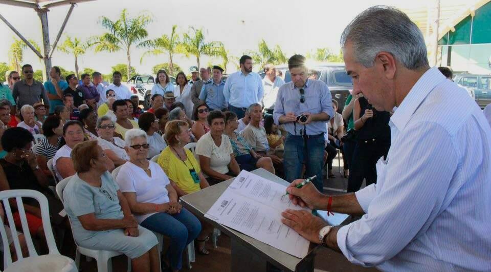 Nesta sexta-feira, Reinaldo Azambuja assinou ordens de serviços para execução de obras que totalizam R$ 10,6 milhões (Fotos: Chico Ribeiro)