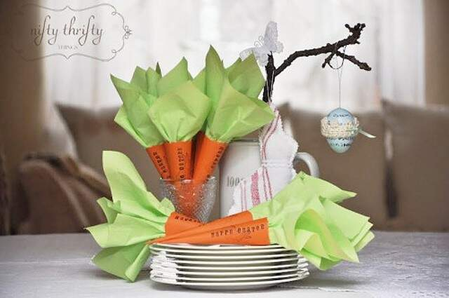Papel cartão laranja e papel manteiga verde viram cenouras.