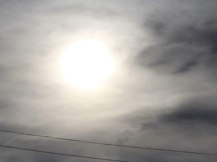 Em Campo Grande, o sol brilha forte entre nuvens e previsão para hoje é de calor de 33ºC (Foto: Marina Pacheco)