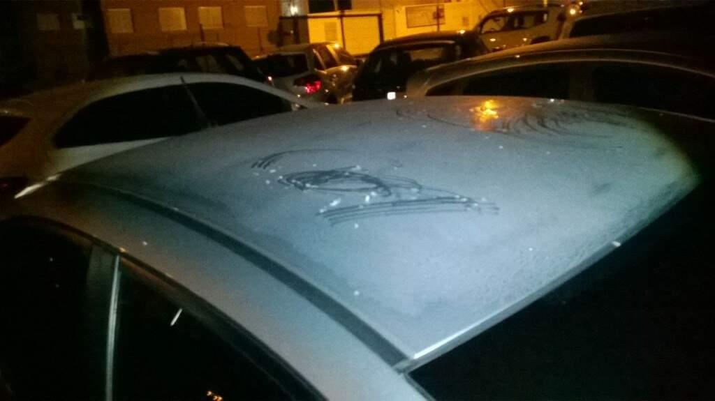 Carros estavam estacionados na avenida Afonso Pena. (Foto: Direto das Ruas)