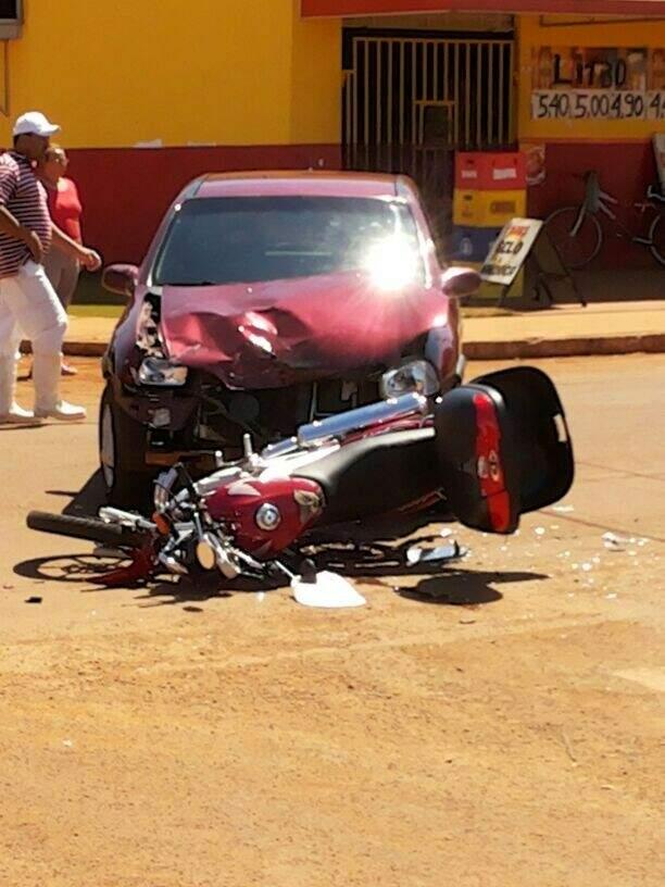 O carro atingiu a motociclista em conversão brusca a avenida.(Foto:Repórter News)