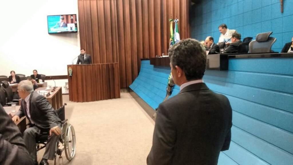 O deputado Rinaldo Modesto, durante o seu aparte com o deputado Maurício Picarelli ao fundo na tribuna da Casa, nesta terça-feira (Foto: Leonardo Rocha)