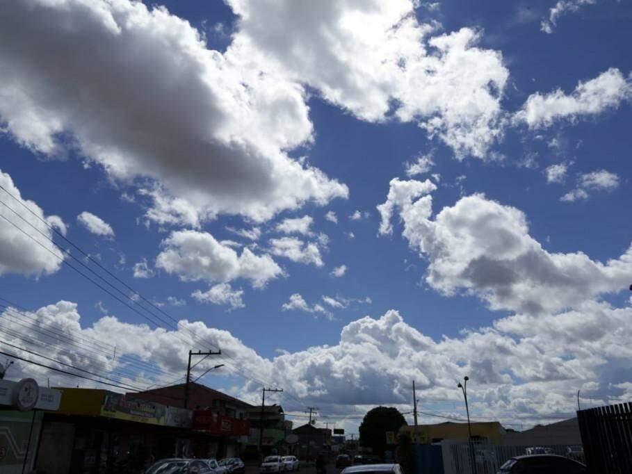 Céu entre nuvens na tarde desta segunda-feira (dia 28), em Campo Grande. (Foto: Kísie Ainoã).