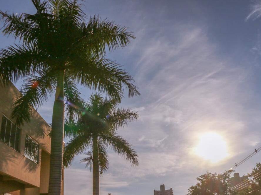 Sol já brilha forte nas primeiras horas do dia em Campo Grande (Foto: Henrique Kawaminami)