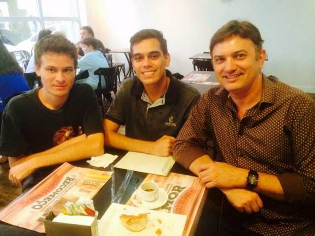 Rafael, Fernando e Cláudio no encontro de segunda-feira, depois de 10 anos sem contato. (Fotos: Arquivo Pessoal)