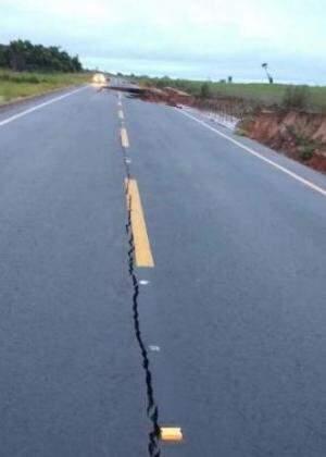 Em outra parte, o asfalto rachou. (Foto: Direto da Ruas)