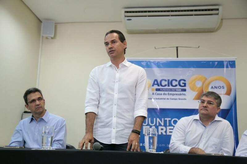 Secretário da Sedesc, Luiz Fernando Buainain à esquerda, junto com o prefeito Marquinhos Trad e presidente da ACICG, João Carlos Polidoro. (Foto: Fernando Antunes)