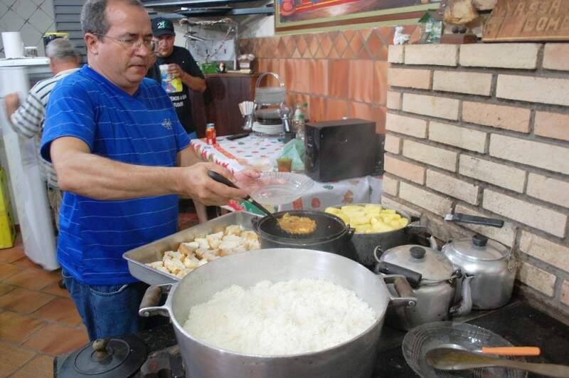 O cardápio deste último sábado teve arroz, madioca, caldo de peixe e costela assada.(Foto: Adriano Fernandes)