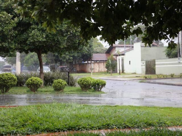 Chuva desta manhã em Dourados (Foto: Helio de Freitas)
