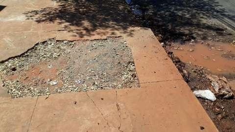 Morador reclama que buraco aberto em rua acumula sujeira e atrai mosquitos