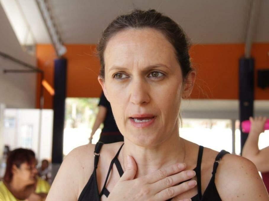 Coordenadora de educação física explica projeto. (Foto: Kísie Ainoã).