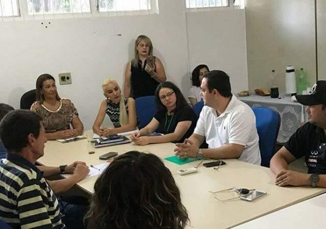Deputado Marcio Fernandes em reunião com secretário de saúde de Bonito e autoridades (Foto: Divulgação)