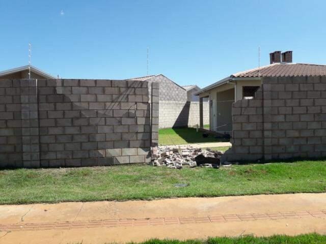 Acidente ocorreu logo no início da manhã e acabou com parte do muro. (Foto: Direto das Ruas)