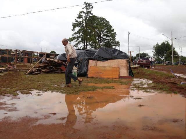 Água empoçada em área para onde parte das famílias da Cidade de Deus foi removida, no Vespasiano Martins (Foto: Fernando Antunes)