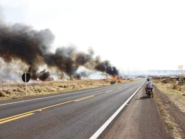 Incêndio iniciado em lavouras de cana cobriu BR-463 de fumaça, em agosto do ano passado (Foto: Helio de Freitas)