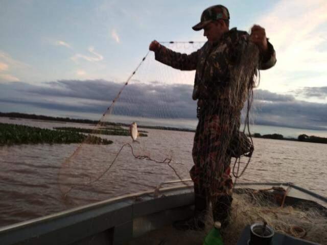 Apesar de pesca regular, fiscalização apreendeu petrechos proibidos durante operação (Foto:Divulgação/ PMA)