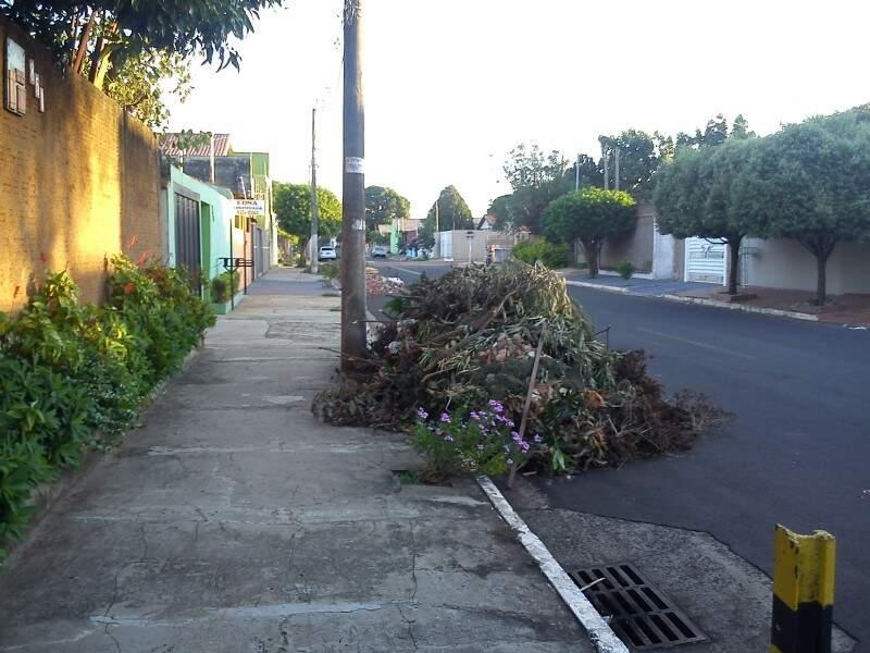 Material depositado por moradores atrapalha trânsito no Santo Amaro. (Foto: Repórter News)