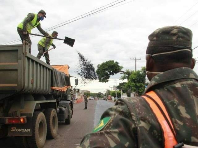 Longe da fronteira, militares atuam em recapeamento na Capital. (Foto: Marcos Ermínio)