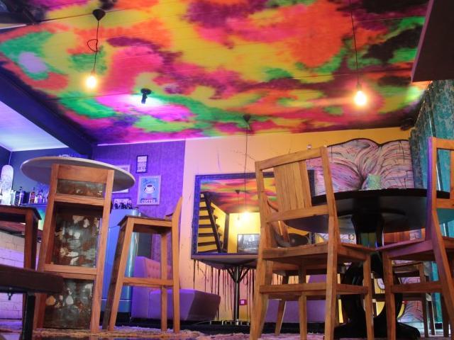 O multicolorido do teto remete aos tons das tatuagens. (Foto: Marcos Ermínio)
