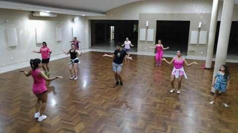 Dançar funk é moda do Carnaval, mas aulas também exploram outros estilos