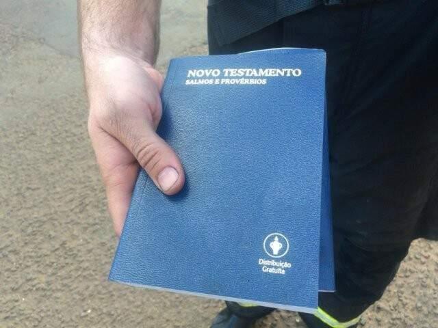 Bíblia encontrada no Hotel Nacional após o incêndio. (Foto: Kerolyn Araújo)