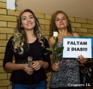 Placa e flores com que a mãe e a irmã de Patrícia a recepcionaram na entrada do hospital.