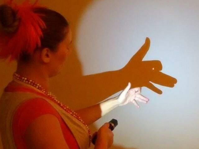 Para fazer sombra, basta uma parede e uma lanterna. (Foto: Arquivo Pessoal)