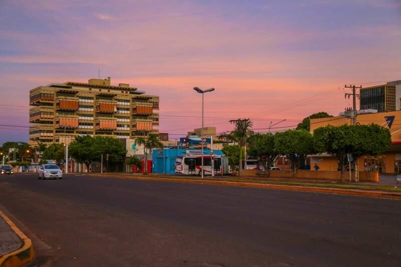 Mínima de 14ºC em Campo Grande na manhã desta sexta-feira (28). As temperaturas continuam amenas na Capital durante o decorrer do dia. (Foto: Fernando Antunes)