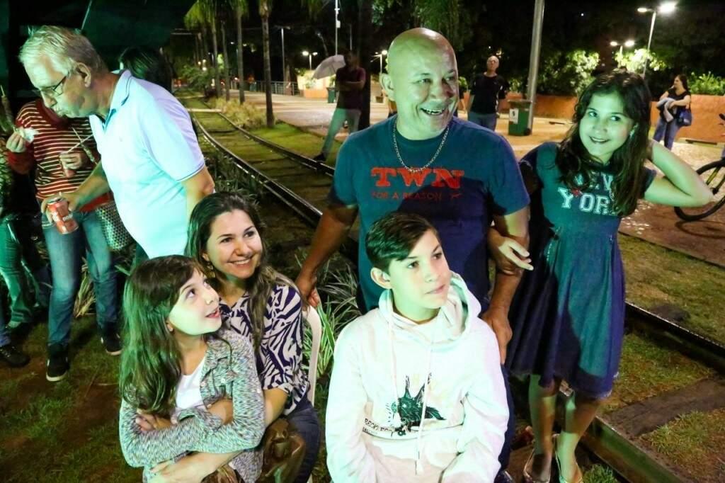 Pai matou a saudade das viagens em família e contou aos filhos sobre o passado. (Foto: Paulo Francis)