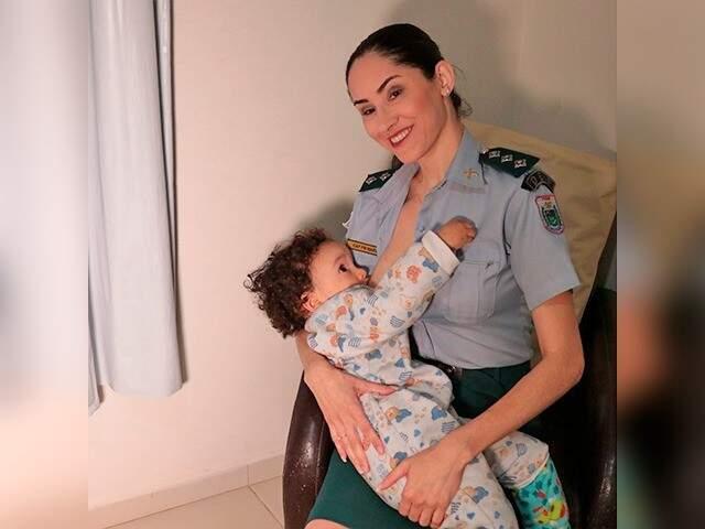 Maria amamentando o filho de 1 anos e 7 meses. (Foto: Polícia Militar MS)