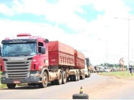 Caminhoneiros bloqueiam parcialmente MS-306 em protesto