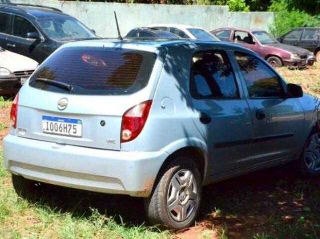 Veículo Celta encontrado pelos policiais. (Foto: Se Liga News)