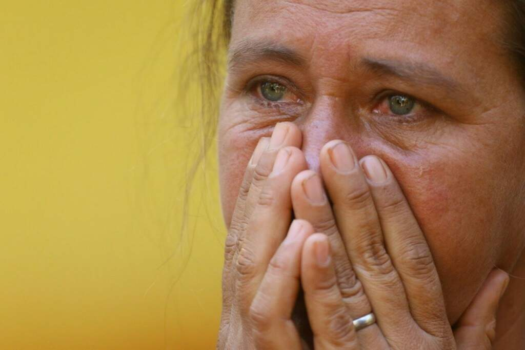 Em 25 de julho, Janete acompanha buscas pelo corpo no rio Anhanduí e volta para a casa chorando. (Foto: André Bittar)